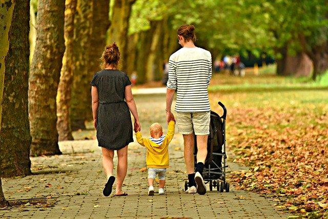 Familj_som_gaar_promenad